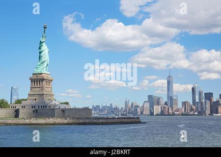 Freiheitsstatue Liberty und New York City Skyline in einem sonnigen Tag, blauer Himmel und herannahenden weißen - Stockfoto