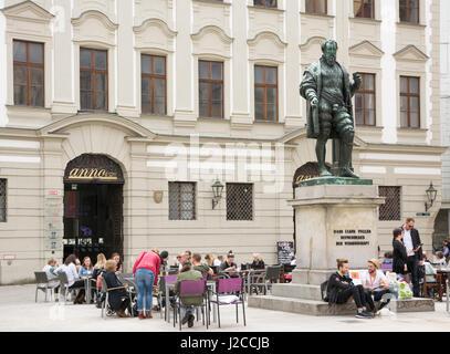 AUGSBURG, Deutschland - APRIL 1: Touristen in einem Straßencafé auf dem Denkmal der Fugger in Augsburg, Deutschland - Stockfoto