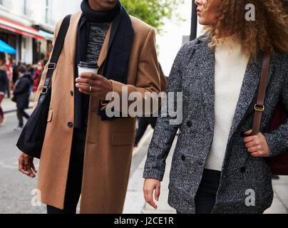 Stilvolle junges Paar zu Fuß entlang der belebten Stadt Straße - Stockfoto