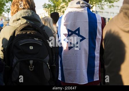 Berlin, Deutschland. 27. April 2017. Anlässlich der jüdischen Holocaust Gedenktag Jom HaSchoa demonstrieren mehrere - Stockfoto