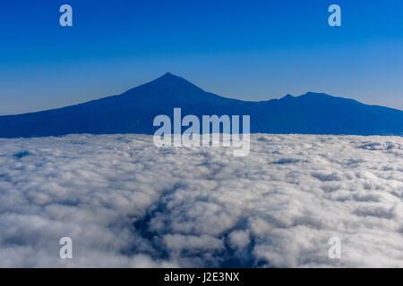 Luftaufnahme von Teneriffa. Blick aus dem Flugzeugfenster - Stockfoto