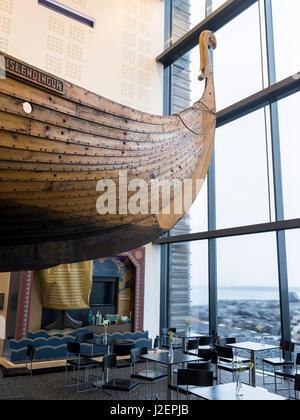 Vikingaheimar (Welt der Wikinger), genannt Museum in Keflavik anzeigen eine seetüchtige Nachbildung des prächtigen - Stockfoto