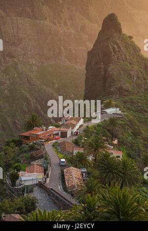 Spanien, Kanarische Inseln, Teneriffa, Masca, erhöht mit Stadtblick - Stockfoto