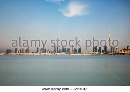 Skyline von Dubai und der legendären Wolkenkratzer Burj Khalifa. Bild sieht aus wie offshore, mit dem Meer im Vordergrund - Stockfoto