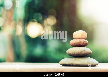 Stapel von Zen Steinen am Boden mit unscharfen Natur Hintergrund. - Stockfoto
