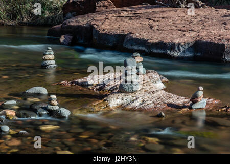 Rock Carins am Oak Creek in der Nähe von Sedona, Arizona. - Stockfoto