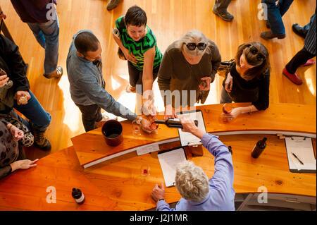 USA, Washington State, Walla Walla. Weingutsbesitzer gießt für einen Gast in der Innenstadt von Degustationsraum. - Stockfoto