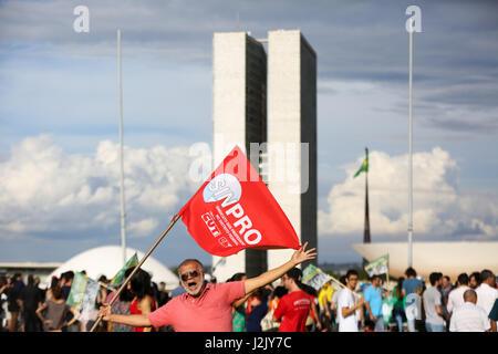 Brasilia, Brasilien. 28. April 2017. Demonstrant mit der Flagge von SINPRO, Union der Bundesbezirk Lehrer, Proteste - Stockfoto