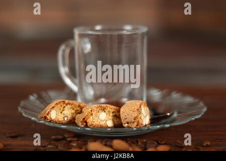 Italienischer Mandel-Kekse Cantuccini und leere Tasse - Stockfoto