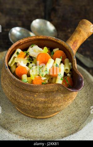Huhn und Makaroni Suppe in einer rustikalen Schüssel - Stockfoto