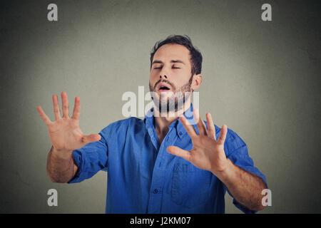 Mann mit Augen geschlossen auf der Suche etwas - Stockfoto