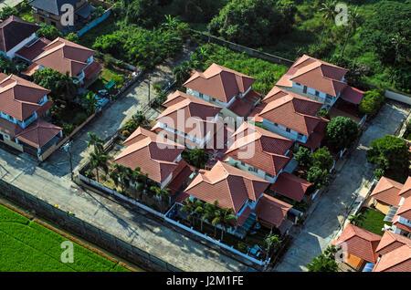 Rote Dächern im Wohngebiet Gehäuse, Blick aus der Luft - Stockfoto