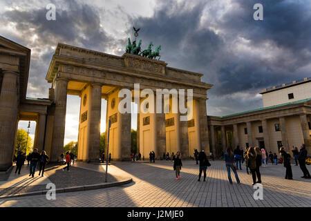 Touristen besuchen das Brandenburger Tor bei Sonnenuntergang am 16. April 2017 in Berlin, Deutschland. Das Tor, - Stockfoto