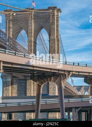 Blick auf die Brooklyn Bridge von der Ebene Zugang von der Straße, New York City - Stockfoto