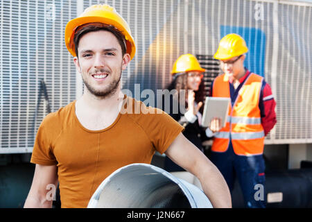 junge Arbeitnehmer in einem Schrottplatz - Stockfoto