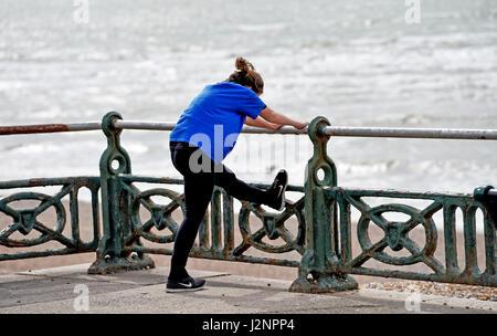 Brighton UK erstreckt sich 30. April 2017 - ein Läufer auf Hove Meer heute. Die Wettervorhersage für das Wochenende - Stockfoto