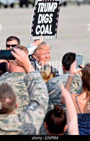 US-Präsident Donald Trump hält ein Schild mit Kohle zu unterstützen, da er eine Menge der Flieger bei der Ankunft - Stockfoto