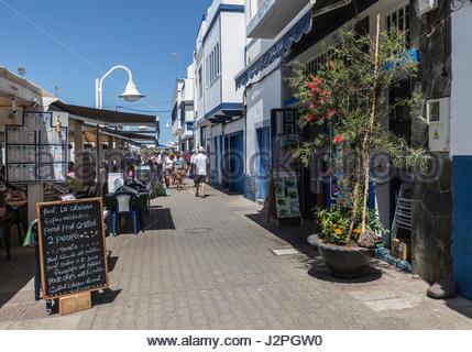 Cafés, Restaurants und Gebäude auf Straße in Puerto de Las Nieves auf Gran Canaria, eine der Kanarischen Inseln, - Stockfoto