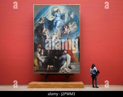 """Besucher vor dem Gemälde """"Maria Himmelfahrt"""" von flämischen Malers Rubens und seiner Werkstatt (ca. 1616) in den - Stockfoto"""