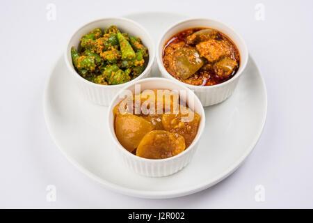 Gruppen Foto indische Pickles wie Mango Pickles, Zitrone Gurke und grünem Chili Pickle, Sarved in Keramikschalen, - Stockfoto