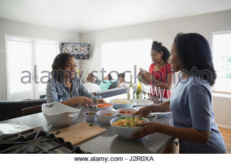 African American Mutter und Töchter im Teenageralter in Küche - Stockfoto