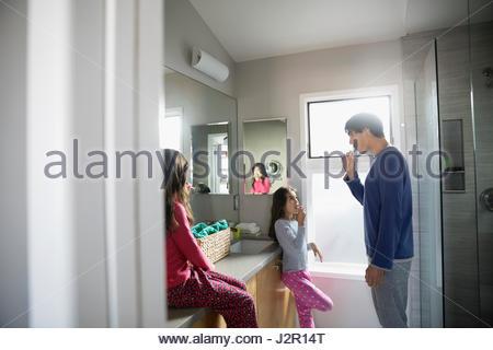 Vater und Töchter Zähneputzen im Bad - Stockfoto