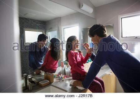 Vater helfende Tochter Zähneputzen im Bad - Stockfoto