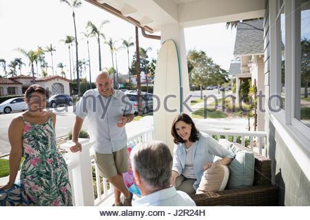 Mehr-Generationen-Familie am Sommer Strand Haus Veranda sprechen - Stockfoto
