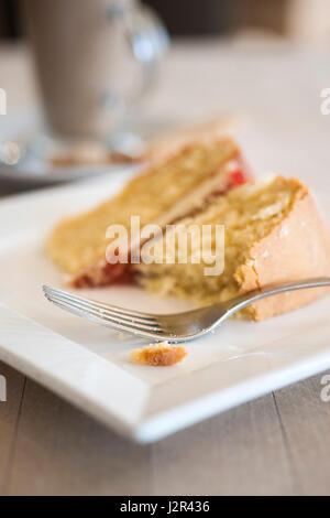 Essen; Kaffee und Kuchen; Gabel; Victoria Biskuit; Dessert; Pudding; Süße; Zu behandeln; Gebacken; Backen; Platte; - Stockfoto