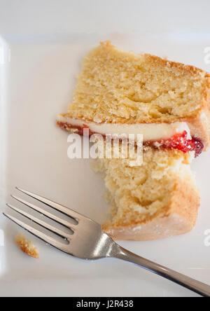 Essen; Kaffee und Kuchen; Victoria Biskuit; Dessert; Pudding; Süße; Zu behandeln; Gebacken; Backen; Gabel; Platte; - Stockfoto