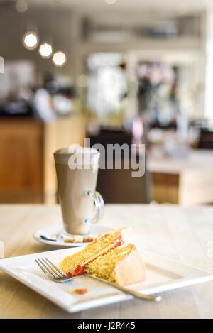 Essen Victoria Biskuit teilweise gegessen Dessert Pudding süß behandeln gebacken Backen Gabel Platen Entspannung - Stockfoto