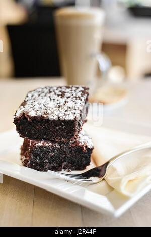 Essen zwei Chocolate Brownies Dessert Pudding süß behandeln Schokoladen-Brownies Baked Baking Gabel Teller - Stockfoto