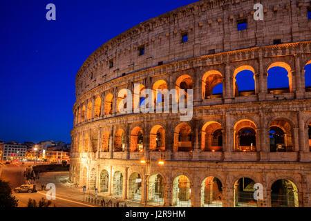 Kolosseum-Blick bei Nacht in Rom, Italien - Stockfoto