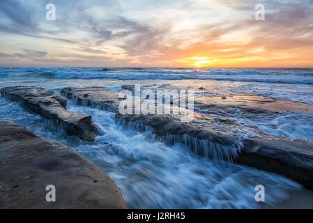 Coastal Sonnenuntergang mit felsigen Küste. Des Krankenhauses Reef, La Jolla, Kalifornien, USA. - Stockfoto