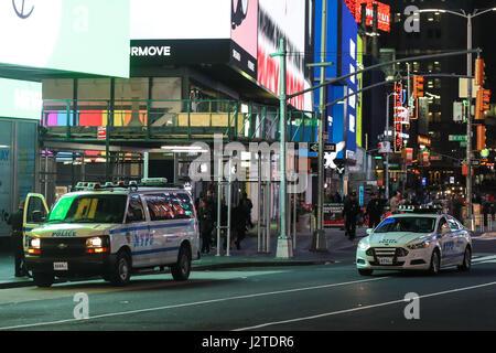 New York, USA. 1. Mai 2017. Polizei sind im Bereich Times Square von Manhattan in New York City am frühen Montag - Stockfoto