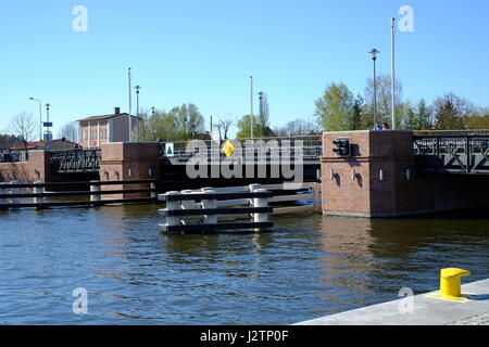 Drehbrücke am Fluss in Elbląg, Polen - Stockfoto