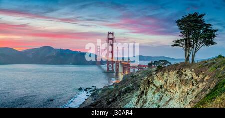 Klassische Panoramablick auf der berühmten Golden Gate Bridge gesehen vom malerischen Baker Beach in schönen Beitrag - Stockfoto