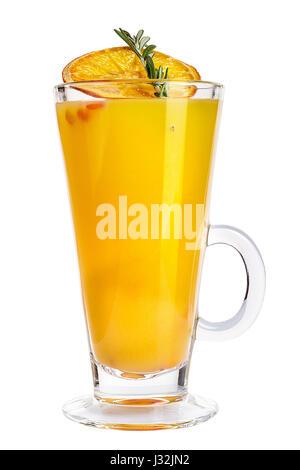 Glühwein in ein Glas mit einer Orangenscheibe trocken, Rosmarin und Sanddorn. Wärmenden Heißgetränk. isoliert - Stockfoto