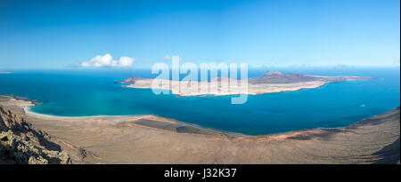 Panorama der Insel La Graciosa, Luftaufnahme vom Mirador del Rio in Lanzarote, Kanarische Inseln, Spanien - Stockfoto