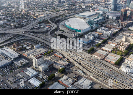 Los Angeles, Kalifornien, USA - 12. April 2017: Luftaufnahme des Hafens 110 und Santa Monica 10 Autobahnen Austausch - Stockfoto