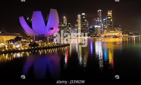 ArtScience Museum Singapur bei Nacht - Stockfoto