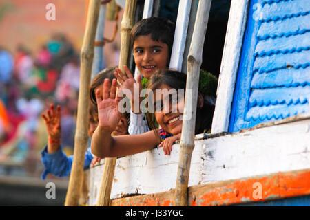 Kinder in einem Boot auf dem Fluss Ganges. Varanasi, Indien. - Stockfoto