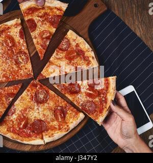 Flatlay. Freunden Essen Pizza. - Stockfoto