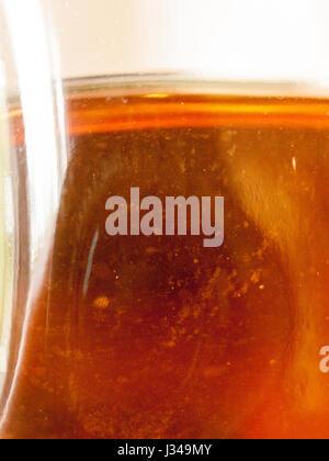 Textur auf ein Bier in der Flasche von der Seite hautnah - Stockfoto