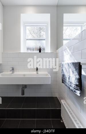 Waschbecken Und Spiegel Im Badezimmer · Doppelte Waschbecken Eitelkeit In  Modernes, Weißes Badezimmer Im Denkmalgeschützten Gebäude Renoviert    Stockfoto