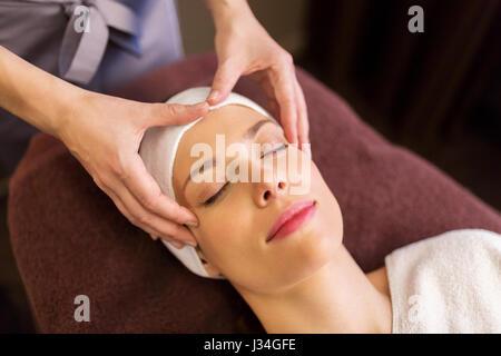 Frau, Gesicht und Kopf Massage im spa - Stockfoto