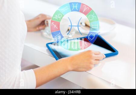 Frau mit Tablet pc und Tierkreis Zeichen im café - Stockfoto