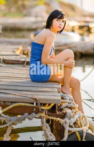 a1fcd08757a ... Sonnenschein und jugendlich-Mädchen im Hafen von Kamera Augen - Kontakt  kurze Haare behaarte Teenager