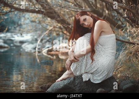 Romantische Frau posiert in der Nähe von Stream Gewässer. - Stockfoto
