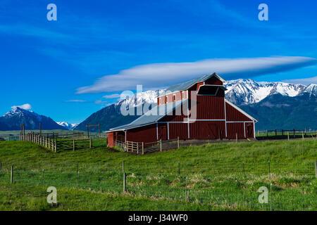 Rote Scheune in der Nähe der Wallowa Mountains in Oregon - Stockfoto
